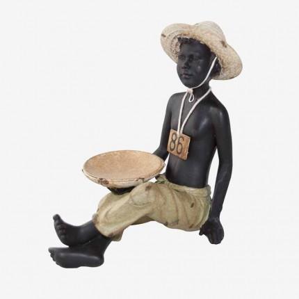 NIÑO AFRICANO SENTADO CON BANDEJ